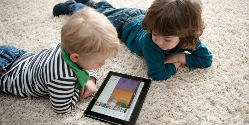 дети смотрят мультики на айпаде